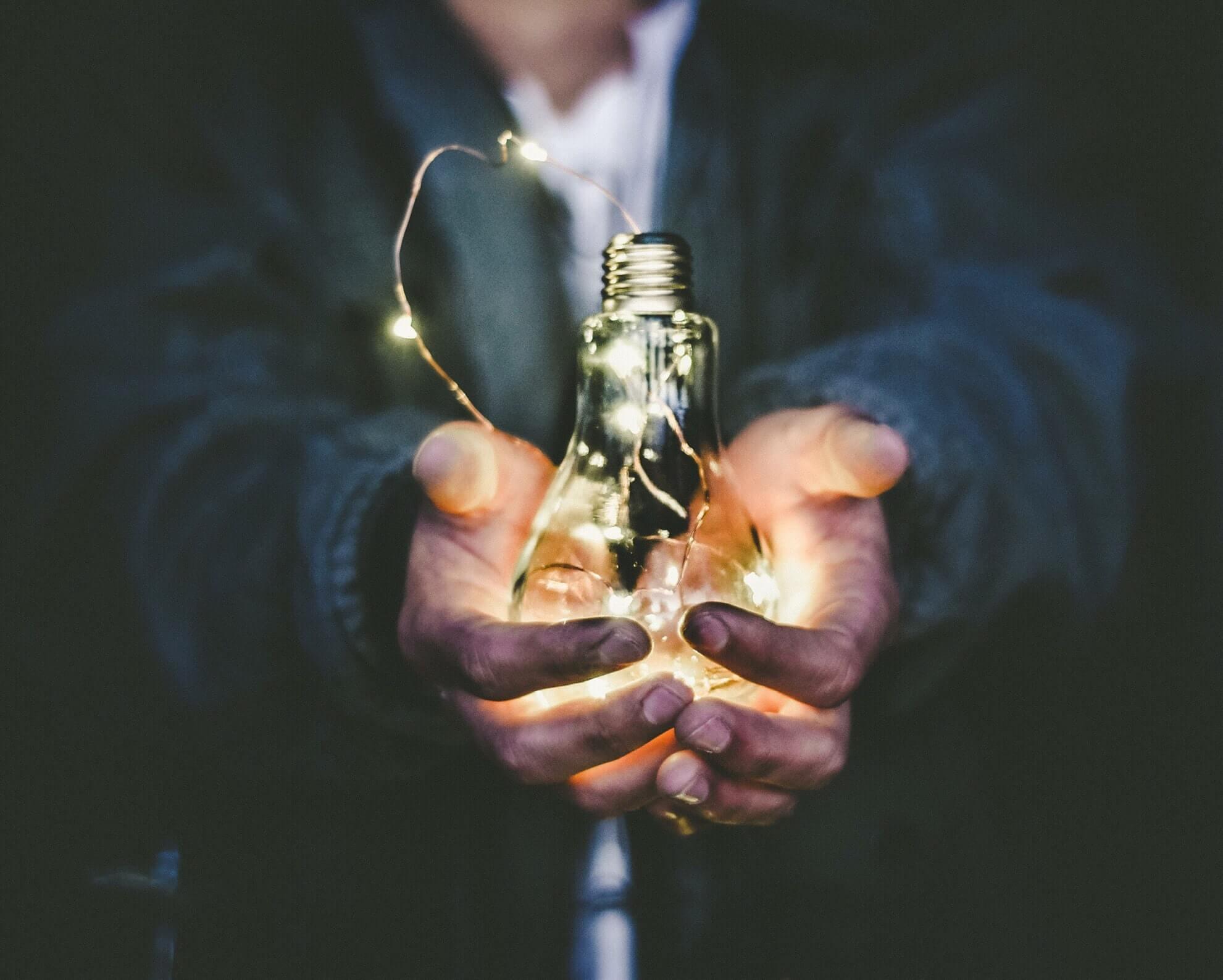 Žárovka symbolizující osobní rozvoj