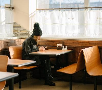 Osamocená žena v kavárně