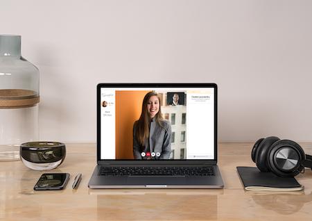 Probíhá online terapeutické sezení mezi terapeutkou a klientem.